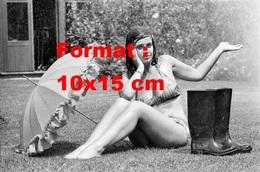 Reproduction Photographie Ancienne D'une Jeune Femme En Bikini Sur La Pelouse Avec Une Ombrelle Et Bottes En Caoutchouc - Reproductions