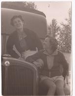 PHOTOGRAPHIE ANCIENNE 2 FEMMES SUR UN CAMION SAURER , 1952 - Automobile