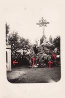 Guerre 14/18 3 Soldats Allemands Devant Un Calvaire érigé Sur Un Rocher + Chapelle / Endroit Inconnu  à Localiser - Guerre 1914-18