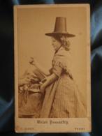Photo CDV C. Allen In Tenby - Welsh Peasantry, Galloise Coupant Du Jambon Circa 1870-75 L234 - Anciennes (Av. 1900)