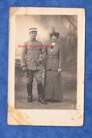 CPA Photo - Beau Portrait D'un Poilu Du 13e Régiment à Identifier ; Et Sa Femme - Pose Chapeau Mode WW1 Soldat - Guerre 1914-18