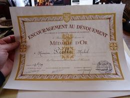 Diplome Encouragement Au Dévouement Médaille D'Or Découement Et Services Rendus à L'humanité Paris 1979 - Diploma & School Reports
