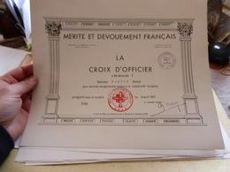 Diplome Mérite Et Dévouement Français  Croix D'officier Services Rendus à La Collectivité Humaine 1977 - Diploma & School Reports
