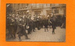 CARTE PHOTO - MILITARIA - WWI - REGIMENT POILUS MEDAILLES FLEURIS PRETS POUR LE DEFILE DE LA VICTOIRE - LIEU A DEFINIR - Guerre 1914-18