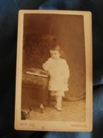 Photo CDV Roth à Thionville  Jeune Garçon En Robe (Jules Saur) Album Photo Sur La Chaise  CA 1885 - L425A - Anciennes (Av. 1900)