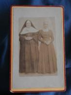 Photo Format CDV Sans Mention Photographe  Une Religieuse Et Une Femme  CA 1900 - L423 - Anciennes (Av. 1900)
