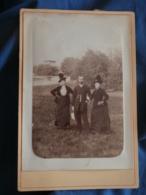 Photo Format Cabinet  Homme Dans Un Jardin Avec Deux Femmes  Vêtements Et Chapeaux Identiques  CA 1885 - L423 - Anciennes (Av. 1900)