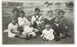 Carte Photo 1920 - Heyst S/ Mer - Faux Fond - Surréalisme - Groupe D'enfants - Voir Cachet Photographe - 3 Scans - Heist