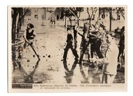 PHOTO PARIS SOIR - EGYPTE - LE CAIRE - NOUVELLES EMEUTES - DES ETUDIANTS LAPIDENT ET ARROSENT LA POLICE - Photos