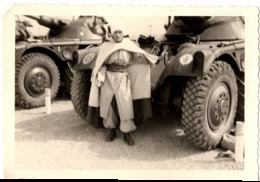 Tankiste 1961 Avec Cape - Militaire Armée D Afrique ? Zouave ? Tirailleur ? Conducteur Du Char Photo C.9x6cm - Guerre, Militaire