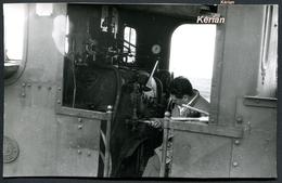 Dpt 77) Photo G. Pérève - Floris Lepers Joue Du Tournevis Dans La Cabine D'une 130T SACM Au Dépôt SE De Jouy-le-Chatel - Stations - Met Treinen