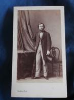 Photo CDV Disderi Bd Des Italiens Paris  Homme En Pied élégant  Canne, Haut De Forme  Sec. Empire  CA 1865 - L337 - Anciennes (Av. 1900)
