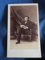 Photo CDV Disderi Bd Des Italiens Paris  Homme élégant Assis Lisant Un Journal  Sec. Empire  CA 1865 - L337 - Anciennes (Av. 1900)