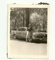 """2664 """" DONNA IN POSA DAVANTI AUTOMOBILE STRANIERA ANNI '50  """" FOTO ORIGINALE - Automobili"""