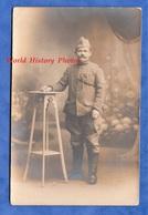 CPA Photo - Beau Portrait D'un Poilu Du 369e Régiment - Voir Uniforme & Médaille - WW1 Soldat Garçon Pose - Guerre 1914-18