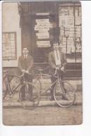 Carte Photo -  Deux Cyclistes Devant Boutique De Journaux Et Cartes Postales. - Beaune-la-Rolande