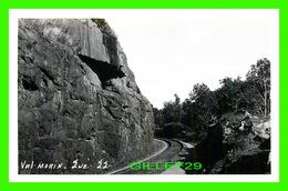 VAL-MORIN, QUEBEC - VUE DE LA TRAQUE DE CHEMIN DE FER ET DE SA COURBE - VRAI CARTE-PHOTO - CIRCULÉE EN 1956 - Quebec