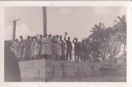 Carte Photo  Nouvelle Calédonie, Ile Des Pins Foule Saluant Le Départ Du Bateau  Rare Années 1940  Photo Ventrillon - Lieux