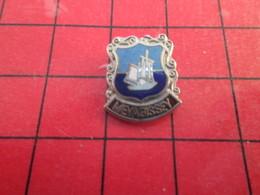 313A Pins Pin's / Rare & De Belle Qualité  THEME : VILLES / MEVAGISSEY PETIT BATEAU VOILIER - Villes
