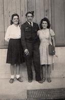 Petite Photo Originale Portrait De 2 Jolies Jeunes Femmes Entourant Un Soldat De L'Armée De L'Air Vers 1940 - Guerre, Militaire