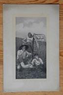 Trois Paysans / Moissonneurs Prenant Leur Repas Dans Un Champ - Faucheuse - Animée - (n°14360) - Paysans