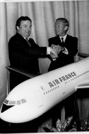 36 AIRBUS A 300  Commandés Par  AIR FRANCE . LATHIERE  Et GIRAUDET  Devant La Maquette   Pour Contrat  En 1979 - Aviation