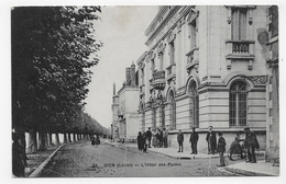 GIEN EN 1923 - N° 54 - L' HOTEL DES POSTES AVEC PERSONNAGES - PLIS VERTICAUX IMPORTANTS - CPA VOYAGEE - Gien