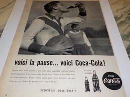 ANCIENNE PUBLICITE VOICI LA PAUSE ET LE FOOT  COCA COLA 1960 - Affiches Publicitaires