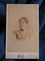 Photo CDV Ruf à Bale  Portrait Femme  Cheveux Crantés  Robe Avec Des Volants   CA 1895 - L427 - Anciennes (Av. 1900)