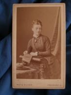 Photo CDV Ruf & Dilger à Fribourg  Belle Jeune Femme Avec Un Livre  Grosse Tresse (Lucie Mme Greif)   CA 1880- L427 - Anciennes (Av. 1900)