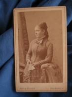 Photo CDV Ruf & Dilger à Fribourg  Jeune Femme Blonde  Catogan, éventail (Mme Ernest Bisch) CA 1880- L427 - Anciennes (Av. 1900)