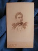 Photo CDV Wicky à Berne  Portrait Jeune Femme  Yeux Clairs  Robe Avec Des Rubans Sur Les épaules  CA 1895- L427 - Anciennes (Av. 1900)