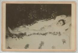 Cabinet 1890-1900 . Jeune Femme Post Mortem Entourée De Fleurs . - Anciennes (Av. 1900)