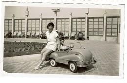 Photo Ancienne / Snapshot 1951 Jeune Garçon Dans Une Voiture à Pédales Kwistax Cuistax-Quis-tax -11,5 Cm X 6,8 Cm - Automobiles