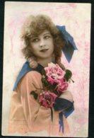 11317  Carte Postale  Jeune Fille Aux Roses - Femmes