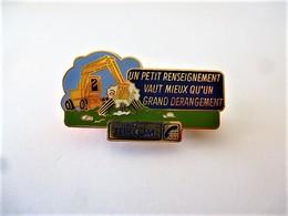 PINS PIN'S FRANCE TELECOM TRACTOPELLE UN PETIT RENSEIGNEMENT VAUX MIEUX QU'UN DERANGEMENT EGF  Double Attache  / 33NAT - France Telecom