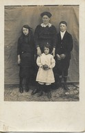 Carte Photo Ancienne : Mère Et Ses 3 Enfants (non Identifiés) - Genealogie