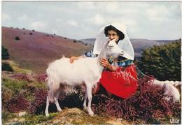 D990 LE LIMOUSIN PITTORESQUE - LES MONEDIERES - FEMME AVEC UNE CHEVRE - Costumes