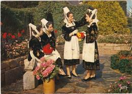 D994 LA BRETAGNE - COSTUMES DE QUIMPER ET DES ENVIRONS 29 - 4 JEUNES FEMMES - Costumes