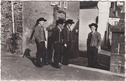 D999 AU PAYS BRETON - FINISTERE - UN GROUPE DE PLOUGASTEL DEVANT LA BUVETTE - ANNEES 1940 - Personnages
