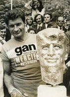 CYCLISME . 63  Iéme  TOUR DE FRANCE 1976 .  Le Vainqueur RAYMOND POULIDOR  Devant Son Buste - Sports