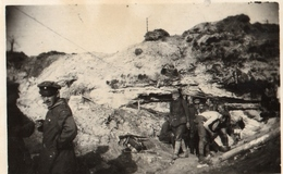 PHOTO ALLEMANDE - OFFICIER DEVANT UNE GROTTE PRES DE VAUXAILLON CHEMIN DES DAMES 1917 -  GUERRE 1914 1918 - 1914-18