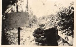 PHOTO ALLEMANDE - OFFICIER DEVANT UN ABRI PRES VAUXAILLON CHEMIN DES DAMES 1917 -  GUERRE 1914 1918 - 1914-18