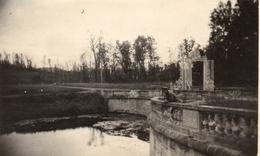 PHOTO ALLEMANDE - OFFICIER DANS LE PARC DU CHATEAU DE PINON - CHEMIN DES DAMES 1917 -  GUERRE 1914 1918 - 1914-18