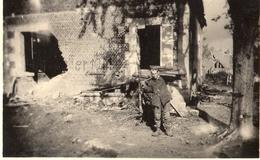PHOTO ALLEMANDE - SOLDAT EN CORVÉE DE BOIS A PINON PRES DE ANIZY LE CHATEAU - CHEMIN DES DAMES 1917 -  GUERRE 1914 1918 - 1914-18