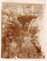 PHOTO ALLEMANDE - SOLDATS A L'ABRI DANS UN BUNKER  PRES DE VAUXAILLON CHEMIN DES DAMES 1917 -  GUERRE 1914 1918 - 1914-18