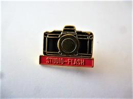 PINS PHOTOGRAPHIE  STUDIO-FLASH APPAREIL PHOTO / 33NAT - Fotografie