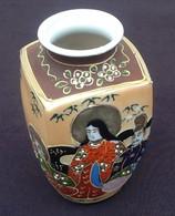 Vase Porcelaine Fine Du Japon  A Riche Décor D' émaux Polychromes Et Or  Personnages De La Société Japonaise - Art Asiatique