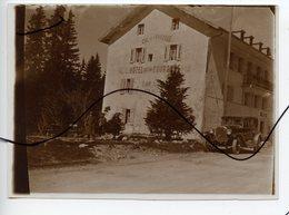 PHOTO ANIMÉE IDENTIFIÉE. Col De La Faucille. Hotel Restaurant De La Couronne. Ancienne Voiture - Lieux
