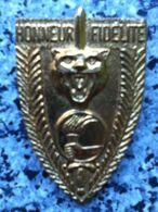 ZAIRE, FAZ, époque MOBUTU: L'insigne De Béret De L'école De Formation Des Officiers à KANANGA. - Insignes & Rubans